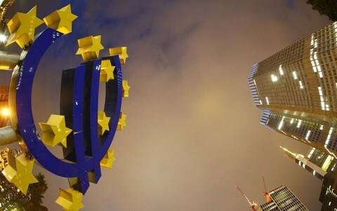 Символ евро перед зданием Европейского Центробанка во Франкфурте.