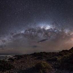 Austraallane Mark Gee võitis kategooria 'Maa ja kosmos' ning pärjati ühtlasi üldvõitjaks. Uus-Meremaal Palliseri neemel tehtud pildi keskel on meie kodugalaktika Linnutee kese, meist umbes 26 000 valgusaasta kaugusel. Üleval vasakul on näha