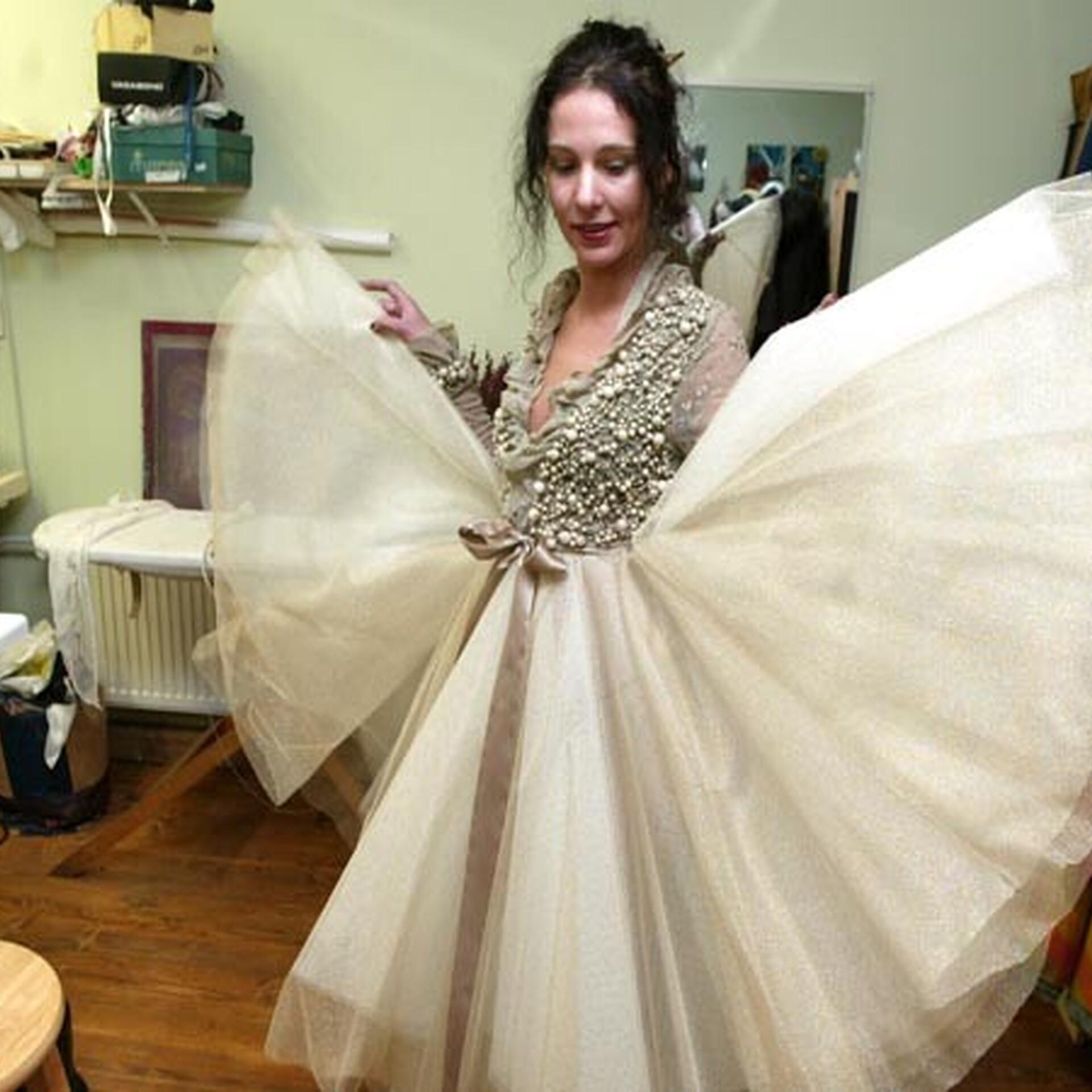 c1d86b7dcdb VIDEO: Kuidas moekunstnik Hanna Korsari käe all valmib pulmakleit | Arhiiv  | ERR