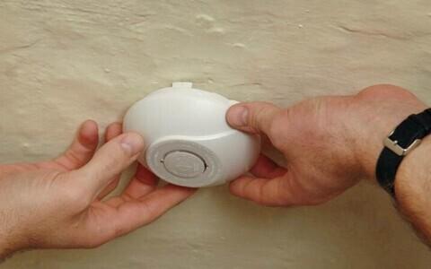 Спасатели предупреждают, что дымовой датчик должен быть в каждом доме.