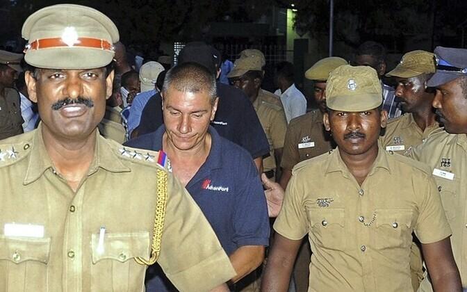 Судовые охранники были арестованы в Индии 18 октября 2013 года.