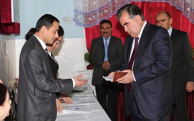 Президент Таджикистана Эмомали Рахмон (справа) на избирательном участке 6 ноября 2013 года..