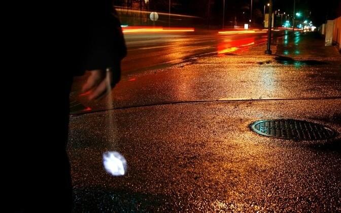 В темное время суток пешеходы должны быть видимыми.
