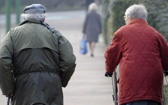 Средняя продолжительность жизни среди эстонских женщин равна 82 годам, среди неэстонских — 80 годам, у мужчин этот показатель соответственно 72 и 68 лет.
