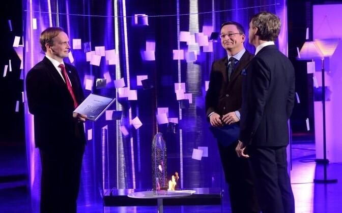 Noormale (vasakul) andis tunnustuse üle ERRi juhatuse esimees Margus Allikmaa.