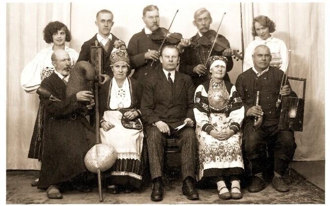 Pärimusmuusika heliplaatidele jäädvustamise kõrval organiseeris August Pulst (esireas keskel) aastatel 1922-1936 külapillimeeste ja -laulikute ringreise üle kogu Eesti