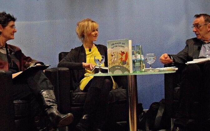 fotol Kairi Look koos Irja Grünholmi ja õhtu juhi kirjanikThomas Wohlfahrtiga.