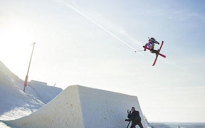 Kelly Sildaru Kiviõli Seikluskeskuse lumelauapargi avamisel.