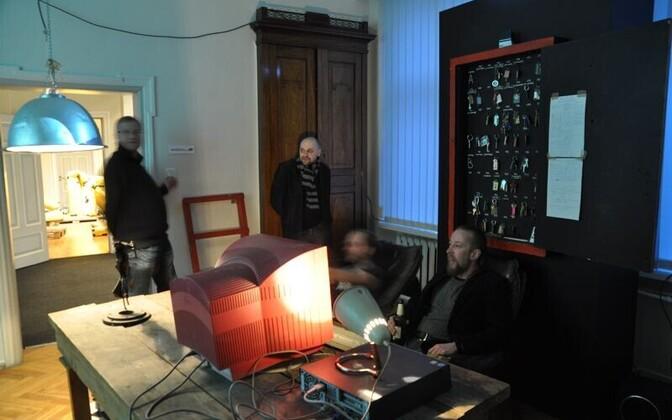 Ühes ruumis on taaslavastatud Artcontaineri endine kontor Polymeris. Lisaks mööblile, kujunduselementidele ja dokumentatsioonile on eksponeeritud ka lõhn.