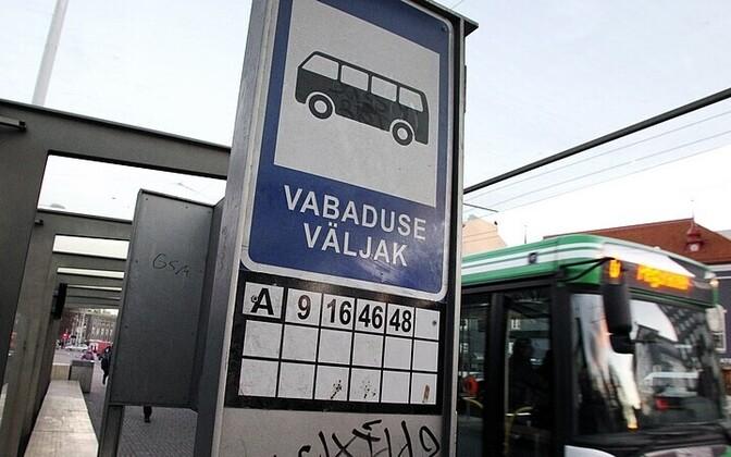 Vabaduse väljaku peatuses on infotabloo olemas, kuid kogu linna ühistranspordivõrk neid ei saa.