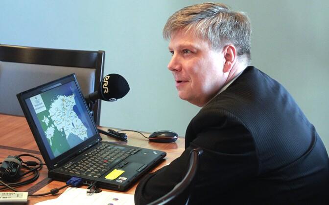 Regionaalminister Siim Kiisler koos tõmbekeskuste kaardiga.