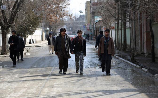 Afgaani mehed mööduvad kohast, kus Nils Horner tapeti