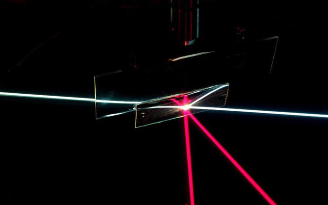 Materjal laseb läbi vaid teatud suunast lähtuvat valgust.