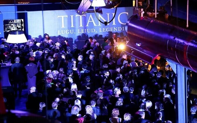 Rahvas trügib Titanicu näituse avamisel lennusadamas.