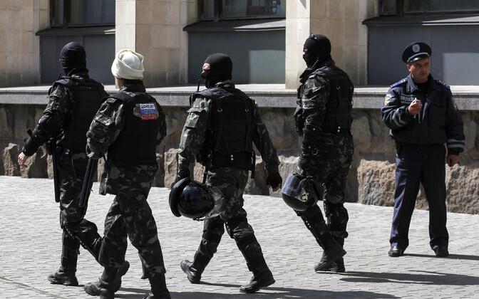 Kremlit toetavad relvastatud mehed ja kohalik politseinik Donetskis.