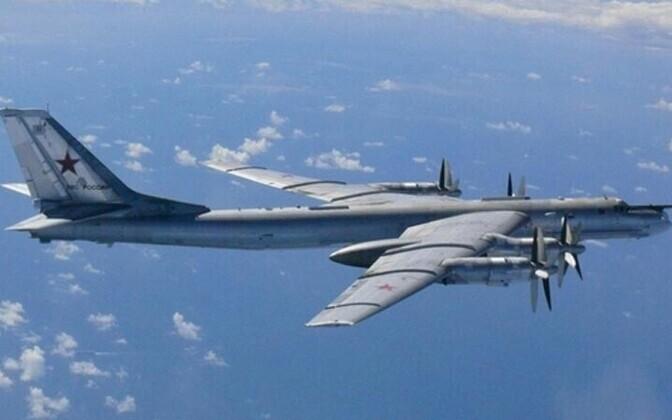 Kaugpommitaja Tu-95 lendamas Jaapani lähistel