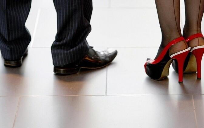 Naiste väiksem palk teeb nad partnerist sõltuvaks.
