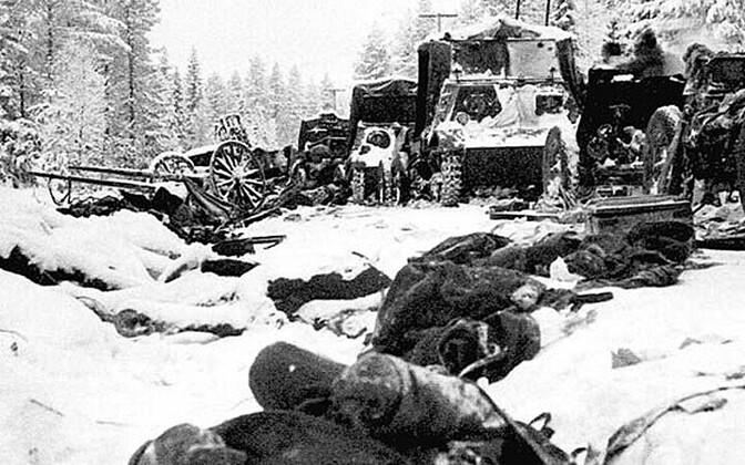 Nõukogude lahingumasinad ja sõdurite surnukehad pärast 1940. aasta jaanuaris toimunud Raate tee lahingut