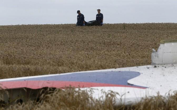 Ukraina valitsuse teenistuses olevad operatiivtöötajad tassimas surnukehi MH17 õnnetuspaigal 19. juulil.