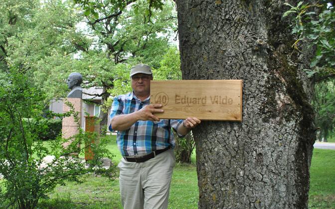 Vinni vallavanem Toomas Väinaste tammise puutahvliga Eduard Vildele tema nimetamme kõrval