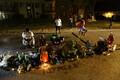 Kohta, kus politsei tulistas Michael Browni, on kohalikud inimesed toonud lilli ja küünlaid.