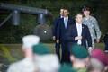 President Obama kohtus Tallinna lennujaamas Eesti ja USA kaitseväelastega