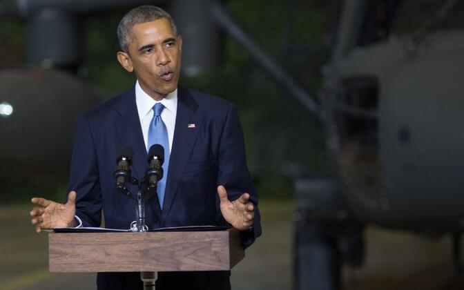 President Obama Tallinna lennujaamas USA ja Eesti kaitseväelastega kohtumas.