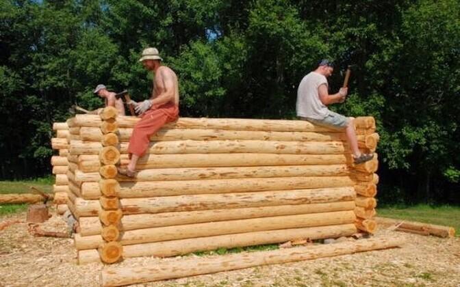 Rauaaegne talu kerkib vabatahtlike töökate kätega
