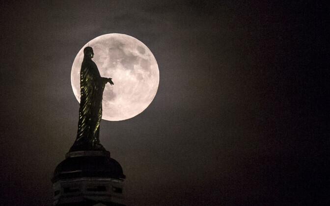 Kuu Neitsi Maarja kuju taustal Notre Dame'i ülikooli kohal.