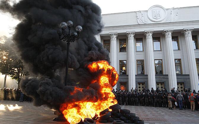 Põlevad autokummid ja protestijad 16. septembril Kiievis parlamendihoone ees