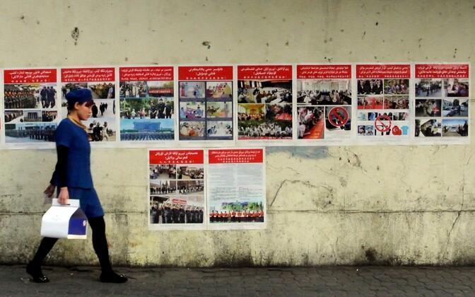 Xinjiangi regioonis asuv Urumqi linn, mille tänavatele on üles pandud terrorismivastased plakatid