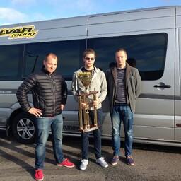 Aavo Talvar koos mehaanikute Priit Pööbeli (vasakul) ja Indrek Viikmaa (paremal) ning Linköpingis võidetud toeka karikaga