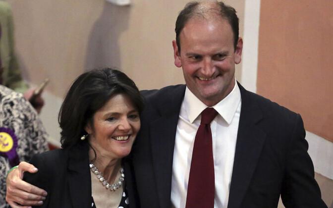 Douglas Carswell koos abikaasaga valimisvõidu üle rõõmustamas