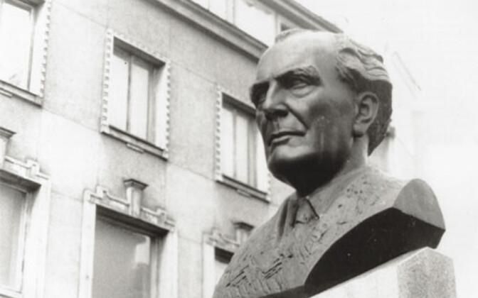 Heino Elleri ausammas Tallinna Georg Otsa nimelise Muusikakooli ees