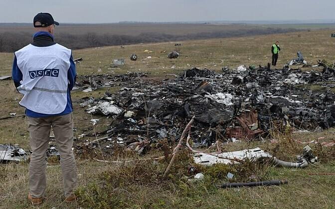 Hollandi eksperdid ja OSCE esindajad lennu MH17 katastroofipaigas 2014. aastal.