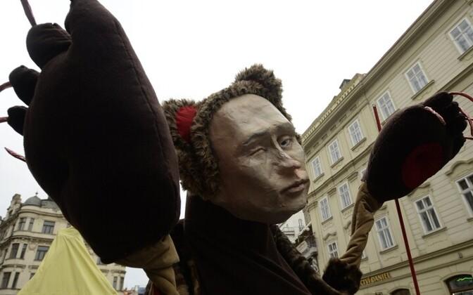 Vladimir Putinit kujutavat nukku kantakse Tšehhi