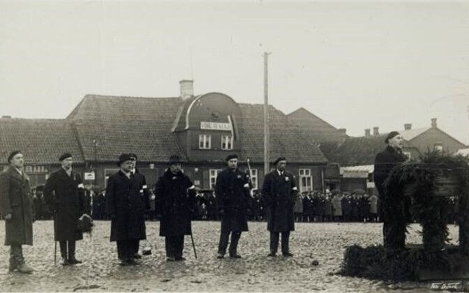 Artur Sirk kõnet pidamas Võru Vabadussõjalaste Liidu lipu õnnistamisel 12.11.1933.a. Võru turuplatsil.