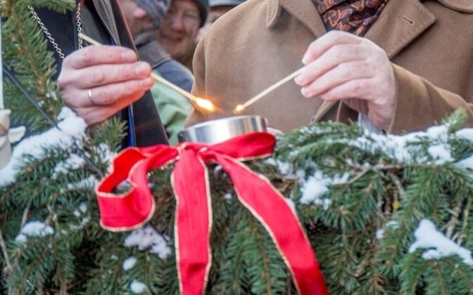People from all over Estonia celebrated the first Advent on Sunday. Candles and Christmas trees were lit up in all larger cities.