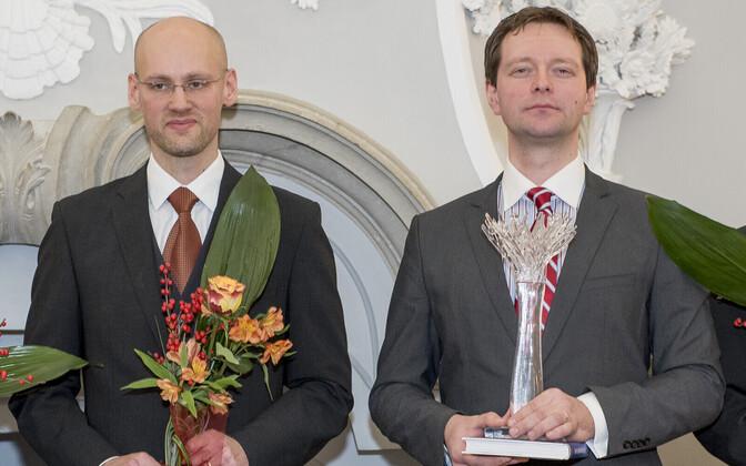 Varro Vooglaid ja Markus Järvi Aadu Luukase missioonipreemiat vastu võtmas.