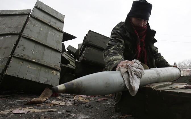 Ukraina sõdur Piski külas mürsku ette valmistamas.