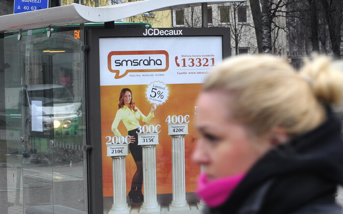 Kiirlaenureklaam bussipeatuses.