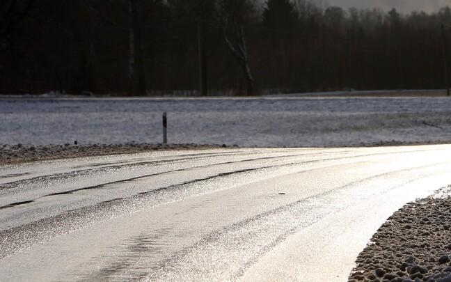 Скользкая дорога. Иллюстративное фото.