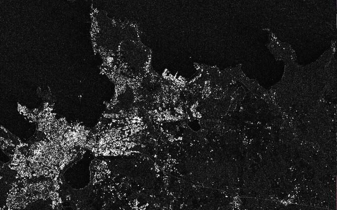 Sentinel-1 radari töödeldud pildi Tallinnast ja Viimsi poolsaarest. Pildi iga hele täpp kujutab ühte hoonet või midagi, mis näeb radari jaoks hoonega väga sarnane välja.