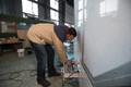 Konstrueerimisinsener Tauri Tätte vajutab nuppu, mis seinad liikuma paneb.