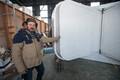 Insener-konstruktor Tauri Tätte näitab, kuidas maja end väiksemaks pakib.