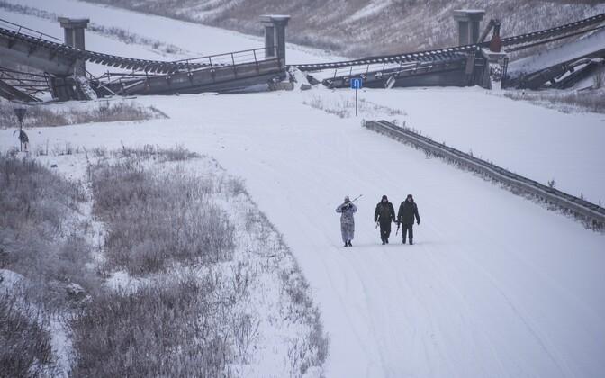 Venemeelsed separatistid kõnnivad purustatud silla juures.