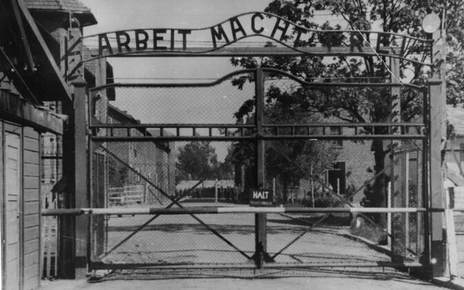 Ворота Освенцима с надписью