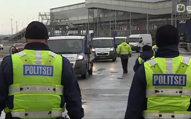 Politsei ja tollitöötajad sadamas.