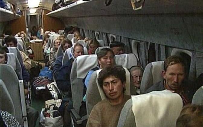 """Abhaasia eestlaste lend Eestisse 1992.a sõja jalust ära. Kaader on Hannes ja Regina Lintropi dokumentaalfilmist """"Ring"""" (1993)."""
