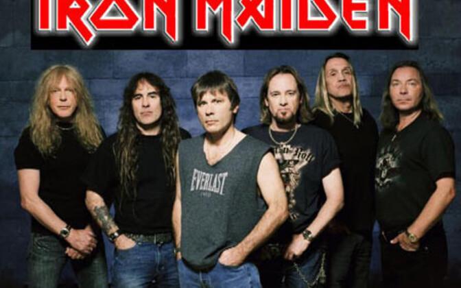 Iron Maiden, laulja Bruce Dickinson vasakult kolmas